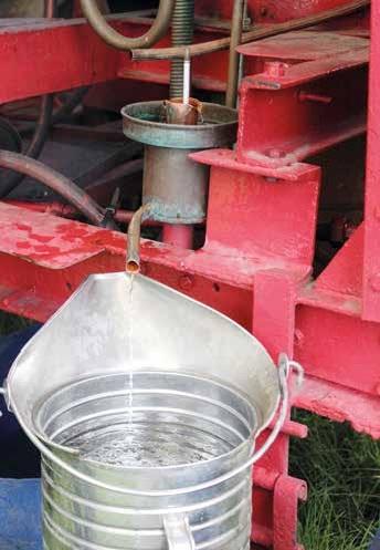 Le cidre est versé par le haut.