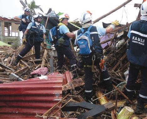 Une équipe de Fausi en novembre dernier dans la ville de Tacloban, aux Philippines, durant une recherche de victimes dans une habitation.