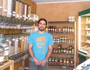 Yvain Brochot, membre fondateur de la coopérative, sert régulièrement les clients à l'épicerie.
