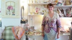 """Dans la boutique de Joëlle Carpentier, produits à base de rose et décoration """"shabby chic"""" sont mis à l'honneur.."""