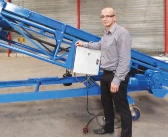 Cheveux STMM vient de terminer sa première machine qui chargera des sacs dans les camions. Cette machine va partir vers la Côte d'Ivoire.