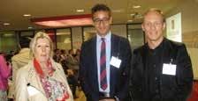 Au centre Yassine El Maqdade, 22 ans en Master 2 à France Business School entouré de Brigitte Riahi et Jérôme Delavière, responsables d'apprentissage.