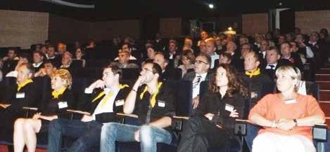 À l'issue de la conférence, les lauréats (foulards jaunes) ont reçu leur trophée accompagné par le parrain de l'année, Sylvestre Maurice, astrophysicien.