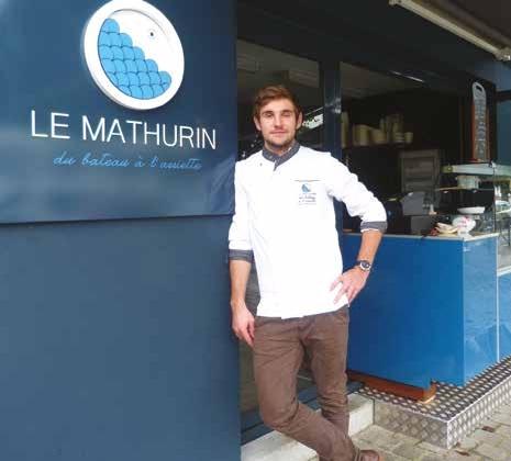 Pierre-Alain Delaby cuisine devant les clients le poisson pêché la veille par son père et son frère.
