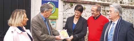 Martine et François Ognier reçoivent la qualification par Christian Delanef, président de la Fédération de l'Oise, et par Jean-Louis Aubry, président d'Oise tourisme.