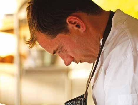 Le chef Nicolas Leclerc a pris la suite de sa grand-mère, la fondatrice de l'établissement, en gardant le même amour des produits et l'esprit généreux du restaurant.