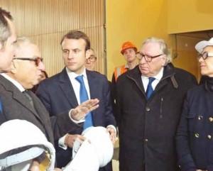 Emmanuel Macron a écouté avec attention les explications du président de la région sur le projet Industrilab.