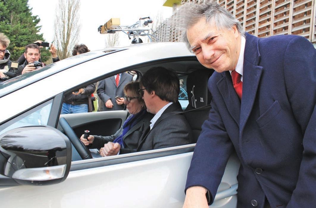 La ministre Geneviève Fioraso essayant Zoë.