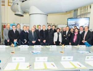Stagiaires, partenaires et région (avec centre au premier plan son président Claude Gewerc) réunis sur l'espace WindLab.