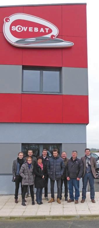 Une partie des effectifs de la Sovebat est fière de poser devant ce bâtiment monté par ses ouvriers.