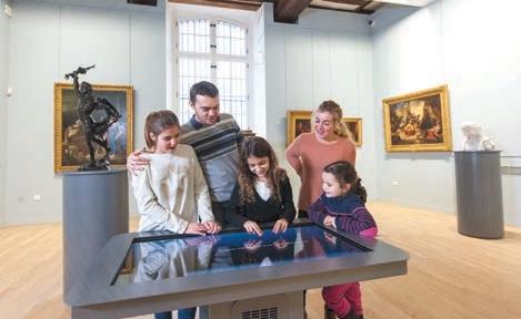 La nouvelle table tactile du musée attire les visiteurs.