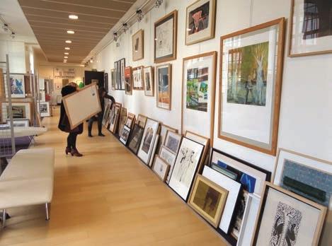 Les adhérents viennent échanger les œuvres d'art à la Médiathèque de Tergnier qui accueille l'Artothèque dans ses locaux.