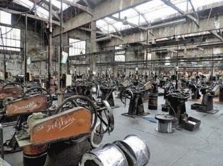 Trois ouvriers travaillent encore sur ces machines construites entre 1890 et 1925.