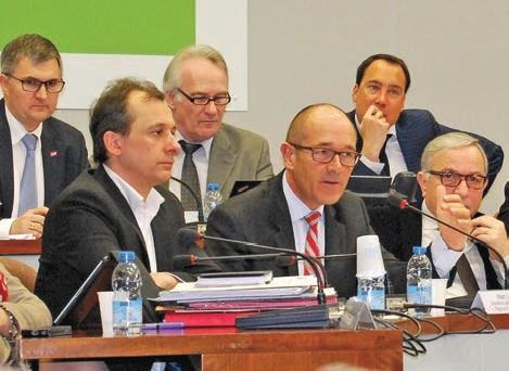 Alain Le Vern (au centre au premier plan) a annoncé un plan d'urgence pour améliorer le service du transport ferroviaire en Picardie.