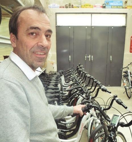 Patrick Choquet, dans son atelier où il assemble et vend ses vélos.
