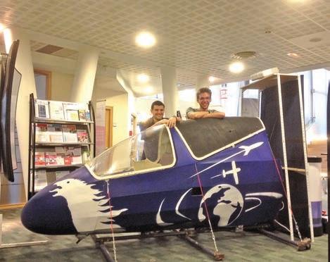 Les étudiants devant le simulateur de vol, créé par eux-mêmes.