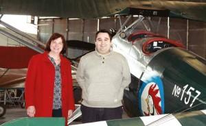 Martine Picart et Alexandre Collinot posent devant un Morane.