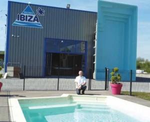Arnaud Fernet vient d'ouvrir à Péronne, l'une des plus grandes expositions de piscines de Picardie.