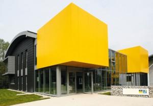 Le siège du groupe Lhotellier, inauguré en 2013, à Blangy-sur-Bresle, fait la part belle à la très haute performance énergétique.