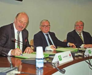 Claude Gewerc et Alain Gest signent le Contrat territorial d'objectifs du Pays du Grand Amiénois.