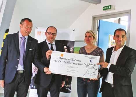 Joël Sauvage (à g.) remet le chèque de 15 000 euros aux responsables de la MEEF.