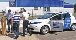 Trois voitures électriques mises à disposition par STPEE et ERDF, rechargées à la borne du SE60, étaient essayées par les visiteurs.