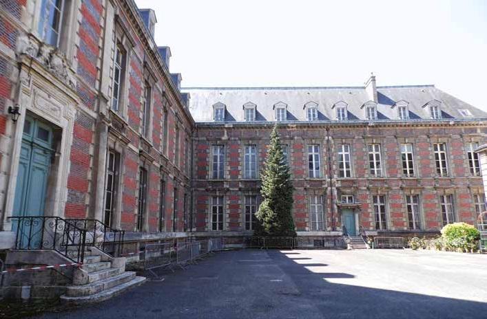 L'imposant bâtiment donne le caractère du musée.
