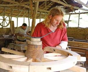 Sur le site de Samara, les visiteurs pourront rencontrer un tourneur sur bois.