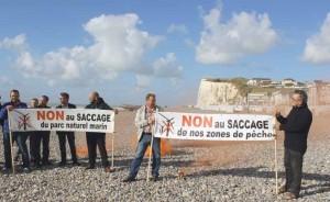 Des pêcheurs en colère ont manifesté sur la plage.