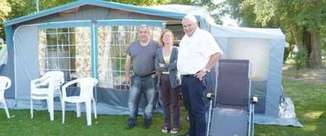 Jean-Pierre Leroux de la CCI (à d.) discute avec un couple de vacanciers venu du Nord.