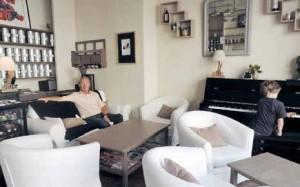 Un salon cosy où il est possible de paresser, discuter, bruncher et même écouter de la musique.