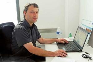 Thomas Schotsmans, gérant de l'entreprise With-U, souhaite faire du courtage en télécoms une pratique courante en Picardie.
