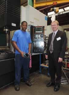 Didier Lézier et Christopher, l'un des techniciens en productique, posent devant une unité entièrement numérisée.