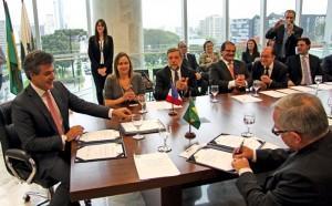 Carlos Alberto Richa (à g.), gouverneur de l'État du Paraná, et Claude Gewerc (à d. de dos), président de la région Picardie, ont formalisé près de trente années d'échanges informels.