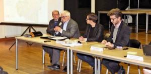 Au micro, Jean-Claude Villemain, lors d'une réunion publique.