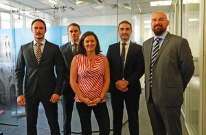 L'équipe de consultants et Pierre-Luc Rigal entourent Stéphanie Bonte, directrice du bureau amiénois Hays.