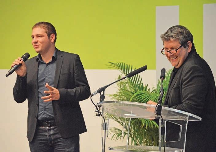 Bruno Albanese (à g.) félicite Simon Hue (à d.), lauréat régional de l'année dernière.