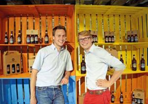 Samuel (à g.) et Martin (à dr.) dans leur boutique à Sainte-Félicité.