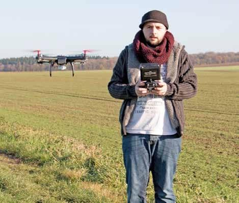 Yann Romby en train de piloter son drone.