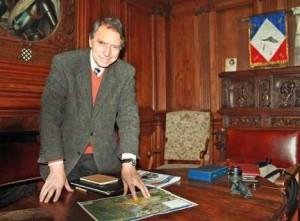 Michel Foubert devant le plan de la future Zac de la Plaine des Sablons.