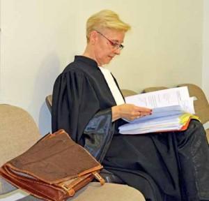 Annie Miellé-Corman feuillette tranquillement son dossier après avoir plaidé.