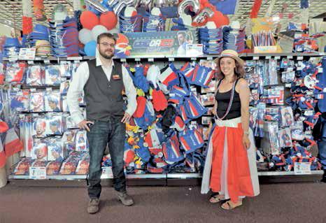 Romuald Van de Walle, responsable et Sabrina, vendeuse devant le rayon consacré à l'Euro